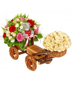 Букет-композиция из белой альстромерии, красных, розовых  и кремовых роз, а также зеленой хризантемы №76