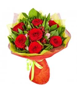 Букет цветов из розовых тюльпанов, красных роз, салала и красной альстромерии №2 с доставкой.
