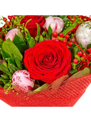 Букет цветов из красных роз, пионов, красной альстромерии, салала, теласпий и красного гиперикума №3 с доставкой.