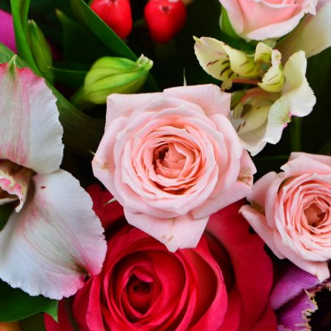 Букет-композиция из микса сезонных цветов (15 штук), экзотической зелени и декоративной упаковки с доставкой.
