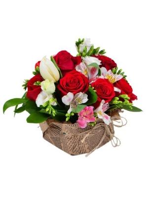Букет-композиция №2 из микса сезонных цветов (15 штук), экзотической зелени и декоративной упаковки с доставкой.