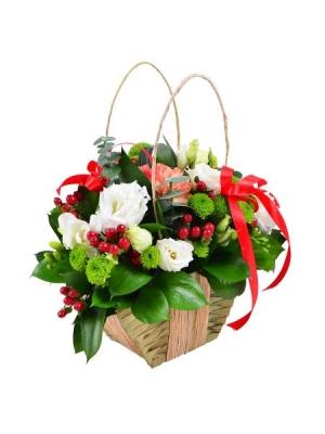 Букет-корзина из оранжевой гвоздики, белой фрезии, зеленой хризантемы и декоративной зелени с доставкой.