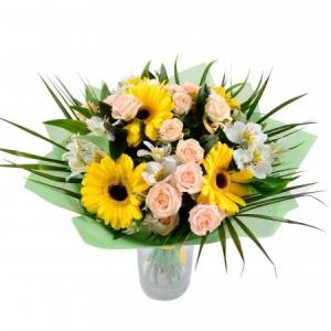 Букет цветов из белой альстромерии, желтой герберы, кремовых кустовых роз и зелени с доставкой.