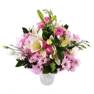 Букет цветов из белой лилии, розовых кустовых роз, белой эустомы и розовой хризантемы с доставкой.