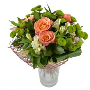 Букет цветов из белой альстромерии, коралловых роз, зеленой хризантемы и декоративной зелени с доставкой.