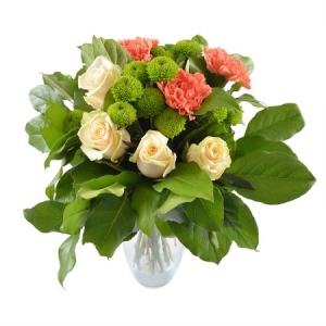 Букет цветов из оранжевой гвоздики, кремовых роз, зеленой хризантемы и декоративной зелени с доставкой.