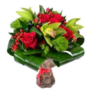 Букет цветов из зеленой гвоздики, красных роз, зеленой орхидеи, гиперикума и декоративной зелени с доставкой.