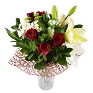 Букет цветов из белой лилии, красных роз, белой и зеленой хризантемы и декоративной зелени с доставкой.