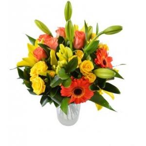 Букет цветов из оранжевой герберы, желтой лилии, оранжевых роз и декоративной зелени с доставкой.