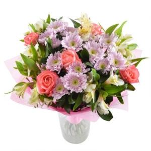 Букет цветов из белой альстромерии, коралловых роз, розовой хризантемы и декоративной зелени с доставкой.