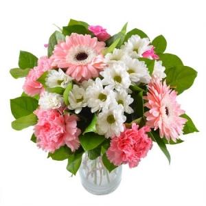 Букет цветов из розовой гвоздики, белой хризантемы, розовых роз и герберы, а также зелени с доставкой.
