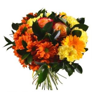 Букет цветов из желтой гвоздики, коралловых роз, желтой герберы, оранжевой хризантемы и зелени с доставкой.