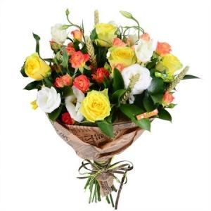 Букет цветов из желтых роз, белой эустомы, оранжевых кустовых роз и декоративной зелени с доставкой.