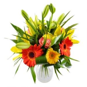 Букет цветов из желтой и оранжевой герберы, оранжевых роз, зеленой хризантемы и желтой лилии с доставкой.