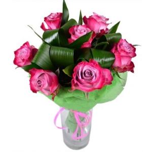 Букет цветов из розовых роз (7 штук) и декоративной зелени с доставкой.