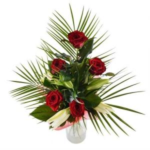 Букет цветов из красных роз (5 штук), белой лилии и декоративной зелени с доставкой.