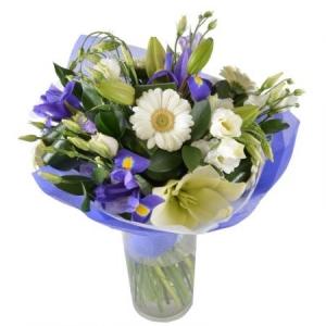 Букет цветов из белой герберы, синих ирисов, белой лилии и эустомы, а также декоративной зелени с доставкой.