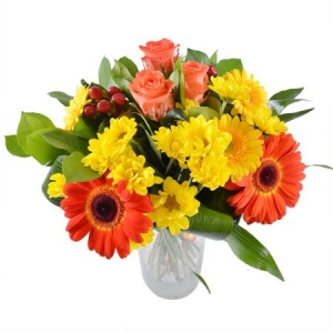 Букет цветов из желтой и оранжевой герберы, оранжевых роз, желтой хризантемы и зелени с доставкой.