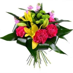 Букет цветов из розовой гвоздики, желтой лилии, зеленой хризантемы и декоративной зелени с доставкой.