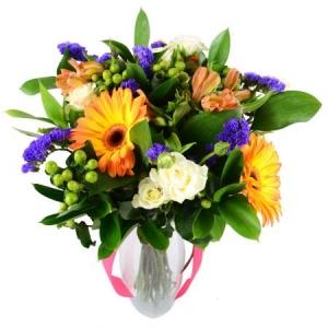 Букет цветов из оранжевой альстромерии, белых кустовых роз, оранжевой герберы и зелени с доставкой.