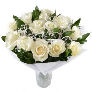 Букет цветов из белых роз (15 штук) и декоративной зелени с доставкой.
