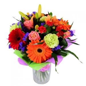 Букет из микса сезонных цветов (15 штук) и декоративной зелени по Вашему выбору с доставкой.