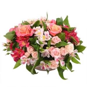 Букет-корзина из красной и розовой альстромерии, кремовых кустовых роз, зелени и розовых роз с доставкой.