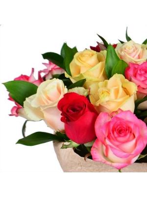 Букет цветов из разноцветных роз (19 штук) и декоративной зелени с доставкой.