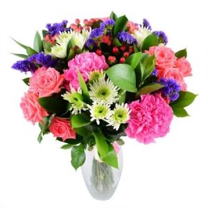 Букет цветов из розовой гвоздики, белой хризантемы, розовых кустовых роз и декоративной зелени с доставкой.