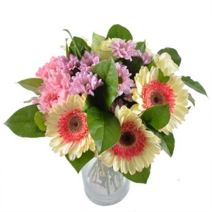 Букет цветов из розовой гвоздики, белых роз, розовой герберы и хризантемы, а также зелени с доставкой.