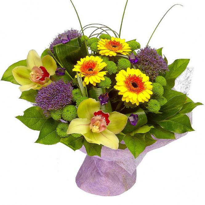 Букет цветов из зеленой хризантемы, желтой герберы, синего трахелиума и зеленой орхидеи №1 с доставкой.