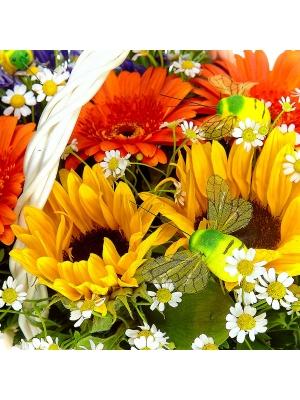 Букет-корзина из рыжей герберы, темно-желтого подсолнуха, ромашки и синего агапантуса №46
