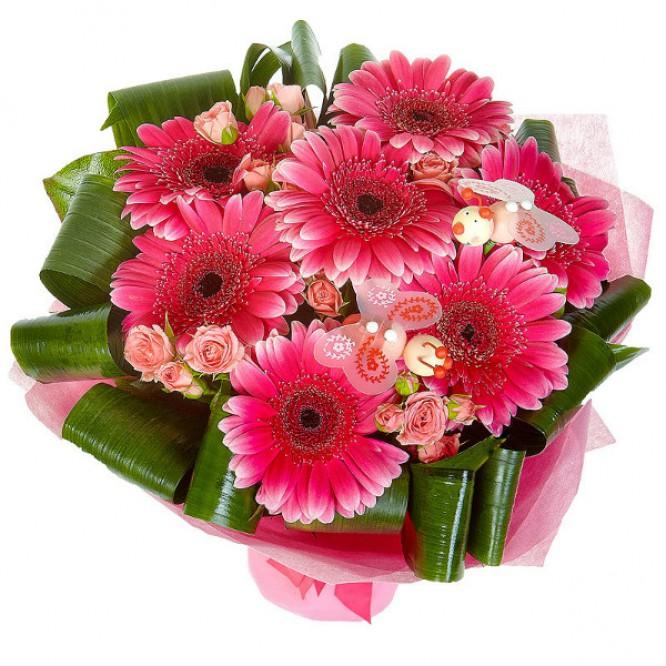 Букет цветов из розовых кустовых роз, малиновой герберы, аспидистр и салала №12 с доставкой.