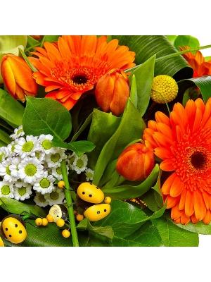 Букет цветов из белой хризантемы, рыжей герберы, зеленой орхидеи и разноцветных тюльпанов №3 с доставкой.