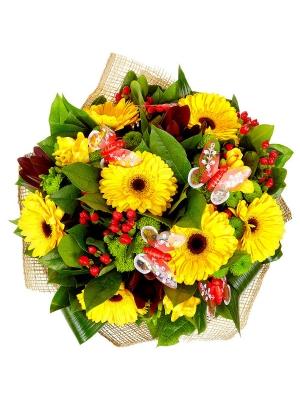 Букет цветов из зеленой хризантемы, желтых герберы и фрезии, а также леукодендрона и гиперикума №33 с доставкой.