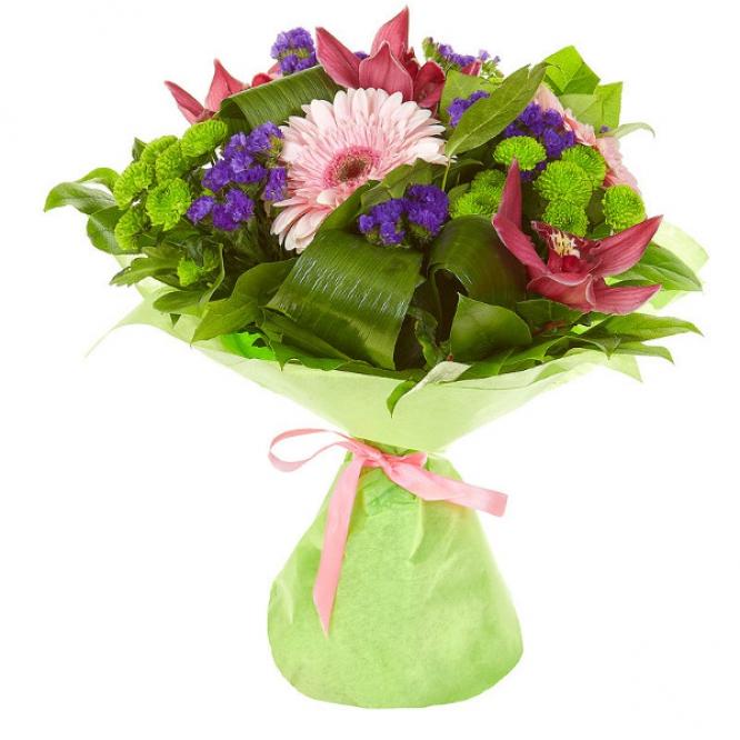 Букет цветов из зеленой хризантемы, розовой герберы, статицы и розовой орхидеи №38 с доставкой.