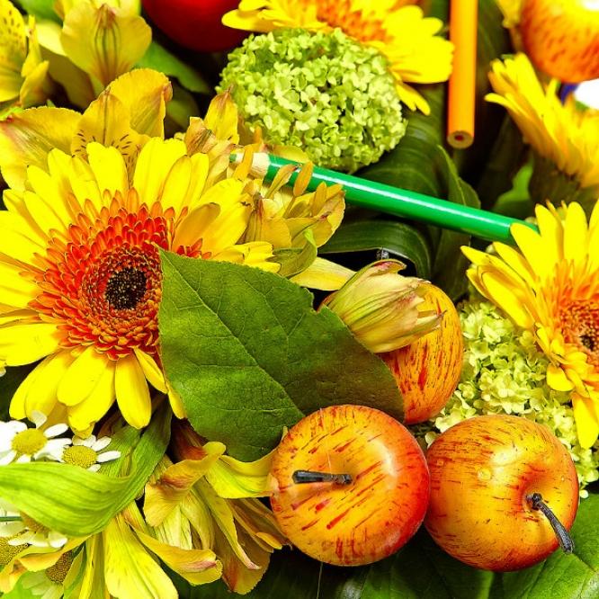 Букет цветов из желтой альстромерии, ромашек, аспидистр, салала и желтой герберы №39 с доставкой.