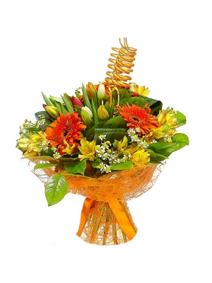 Букет цветов из желтой альстромерии, рыжей герберы, ромашек, тюльпанов и красного гиперикума №43 с доставкой.