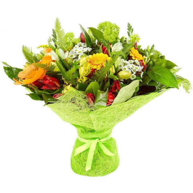 Букет цветов из желтой альстромерии, белой хризантемы, желтой герберы, фрезии и красных тюльпанов №48 с доставкой.