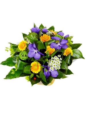 """Букет цветов из белой хризантемы, желтой герберы, синей орхидеи """"Ванда"""" и пестрой аралии №52 с доставкой."""