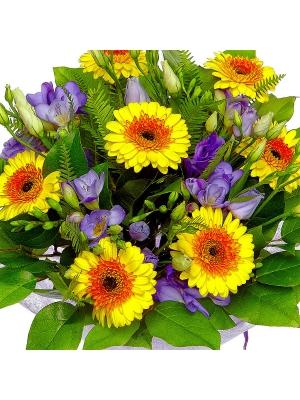 Букет цветов из голубого лизиантуса, желтой герберы, голубой фрезии, амбреллы и салала №6 с доставкой.