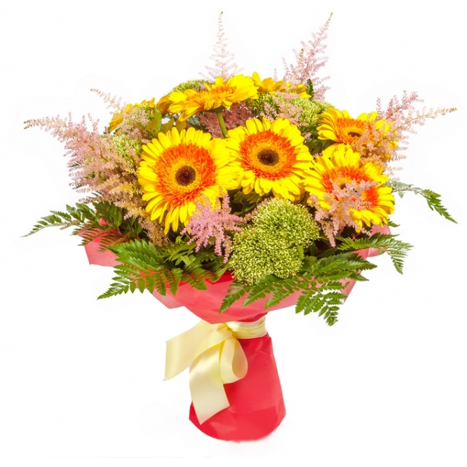 Букет цветов из оранжево-желтой герберы, папоротника, вибурнумы и астильбы №61 с доставкой.