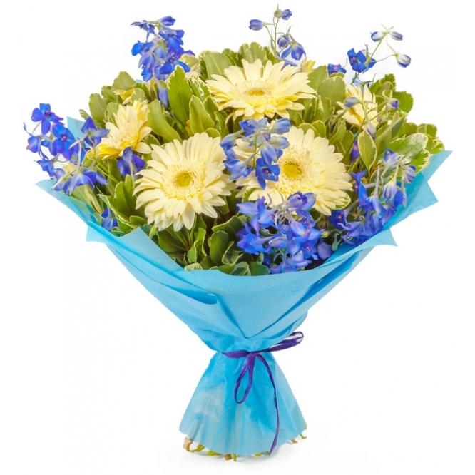 Букет цветов из белой герберы, синей гентианы и питоспорума №64 с доставкой.