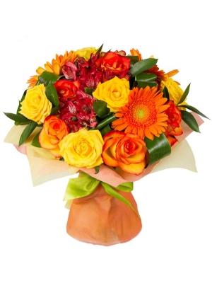 Букет цветов из оранжевой герберы, желтых и ярко-оранжевых роз и декоративной зелени с доставкой по Киеву.