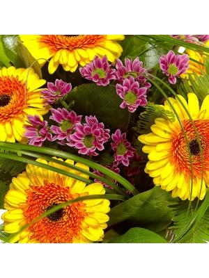 Букет цветов из розовой хризантемы, желтой герберы, берграсса, салала и амбреллы №8 с доставкой.