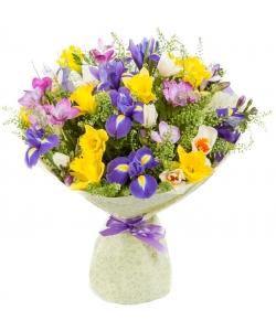 Букет цветов из синего ириса, фиолетовой фрезии, а также разноцветных нарциссов №16 с доставкой.