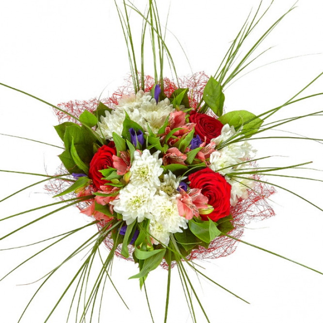 Букет цветов из синего ириса, розовой альстромерии, красных роз, берграсса и белой кустовой хризантемы №1 с доставкой.