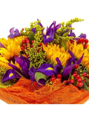 Букет цветов из синего ириса, темно-желтого подсолнуха, солидаго, салала и красного гиперикума №3 с доставкой.