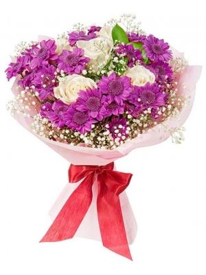 Букет цветов из фиолетовой хризантемы, белых роз, гипсофилы и декоративной зелени с доставкой.