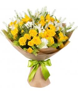 Букет цветов из белой гвоздики, желтой розы, белой альстромерии и декоративной зелени с доставкой по Киеву.